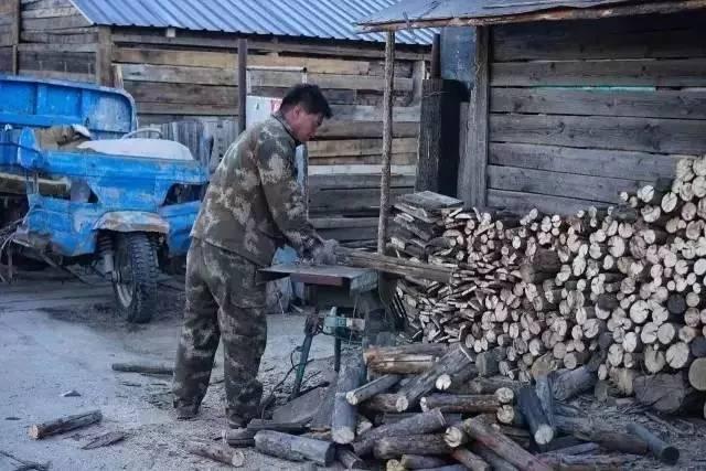 ▲ 白狼镇冬季漫长,准备冬柴是家家的日常工作。