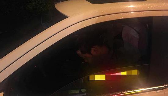 酒驾司机在车里大睡