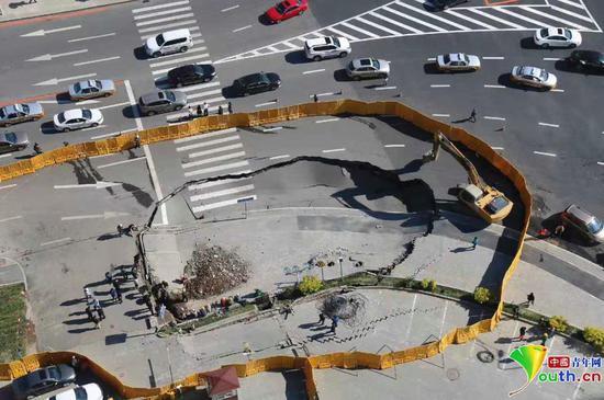 图为塌陷路段已被施工方用挡板隔开。
