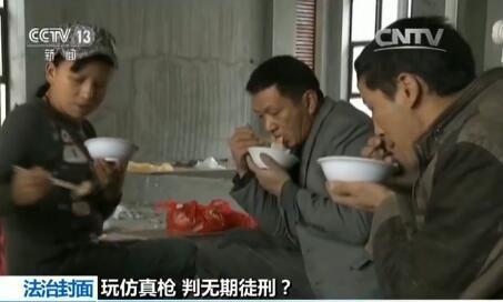 在福建宁德的一个建筑工地上,今年57岁的刘行中和妻子胡国继刚刚忙完上午的活儿,为了省钱,午饭就和工友在工地上解决。