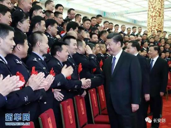 (图:5月19日,全国公安系统英雄模范立功集体表彰大会在北京人民大会堂举行。会前,习近平、李克强、刘云山等会见与会代表。)