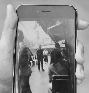 有现场目击者拍下视频,并称画面中间的就是打人者。