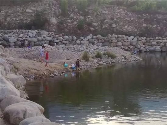 游人在水边玩耍