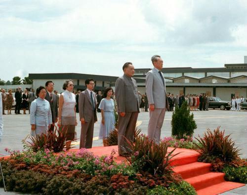 1978年11月12日,邓小平副总理到达新加坡,对新加坡共跟国停止友爱拜访。这是邓副总来由李灿烂总理陪伴校阅仪仗队。(新华社材料图)
