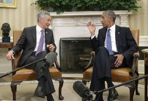2016年8月,新加坡总理李显龙访美,与奥巴马在白宫办公室攀谈。