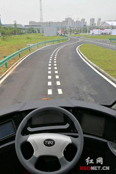 """智轨列车采用了中车株洲所创新团队自主研发的""""虚拟轨道跟随控制""""技术。"""