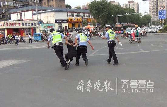 途中,女子一直高喊交警打人了。天桥交警随即将女子带到派出所,因涉嫌妨碍执行公务被警告。