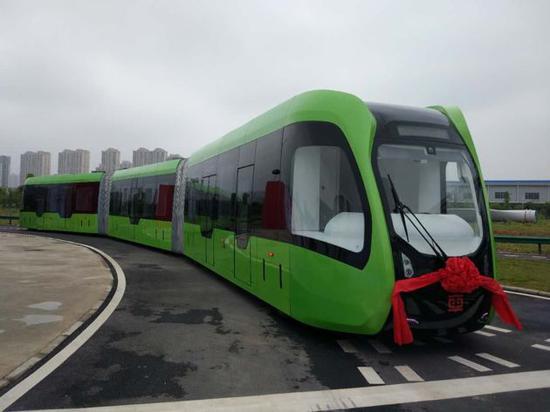 """智轨列车长达30多米,是马路上的""""巨无霸"""",明年将在株洲投入商业运营。"""