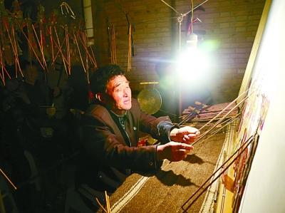 皮影戏是麻黄山乡人们对文化生活的最初记忆。光明日报记者王建宏摄/光明图片