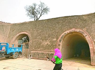 政府为每孔窑洞补贴1万元,很多农家都在加固修葺。光明日报记者王建宏摄/光明图片
