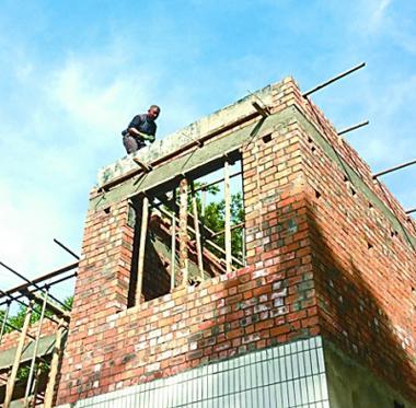 村民盖起二层新房。记者鲁元珍摄/光明图片