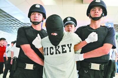 毒贩在缅甸被押回。