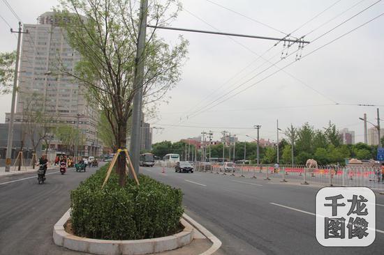 结合着背街小巷整治,今年三月份,西城区广外街道马连道北路的违法建设终于全部拆完。四月份,一条崭新的马连道北路开始迎来送往。图为崭新的马连道北路。受访对象供图