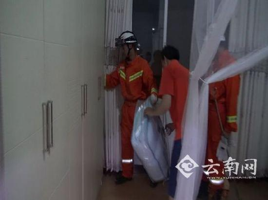 消防官兵进入居民家中捕蛇