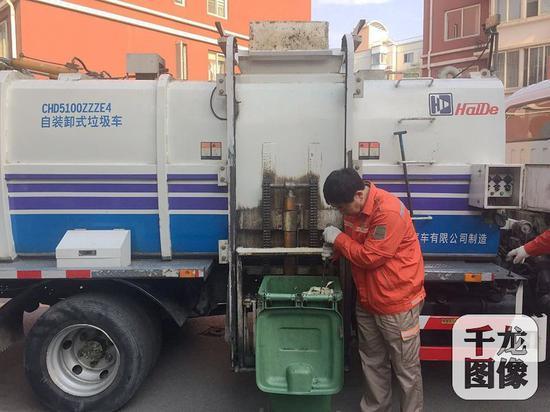 投运到厨余垃圾站的垃圾,将由海淀区环境卫生服务中心通过专业车辆直接上门收集。图为环卫五队工作人员在小区检查收运的厨余垃圾是否合规。千龙网记者 薄晨棣摄