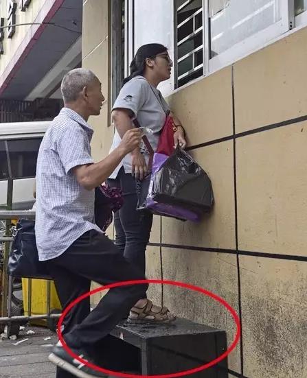 记者在现场察看了半小时,共有3位搭客到窗口征询,而他们与效劳职员交换的条件是必需先踩到一张摆放在窗口下方的长凳上。