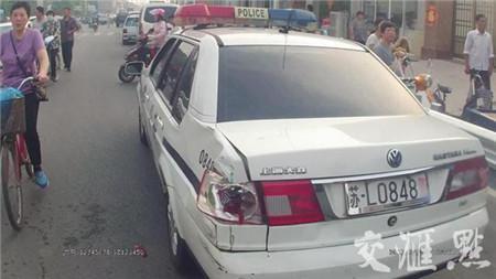 撞坏的警车