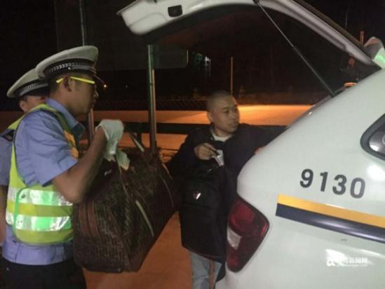 两名四川游客被弃在高速路口,向警方求助