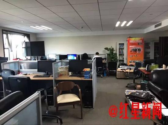 ▲刘先林院士的办公室,他并没有单独的办公区域。
