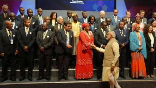 2017年5月23日,印度总理莫迪会见在印度举行的第52届非洲发展银行大会的代表。(来源:美国之音电台网站)