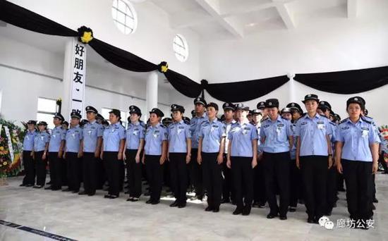 伴随着哀乐,现场所有参加送别仪式的人员,列队依次向韩秀文同志的遗体默哀和送别,并向其家属表示慰问。