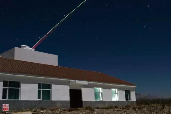 """""""墨子号""""量子科学实验卫星与德令哈量子通信地面站建立天地链路(2016年12月19日摄)。"""