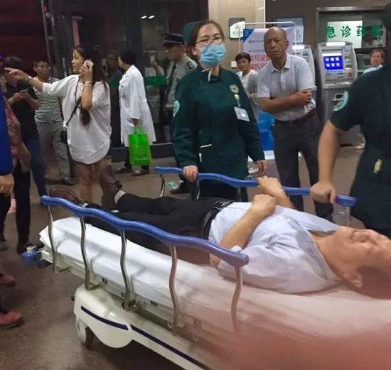 6月15日,重伤伤员陆续转入徐州市医科大学附属医院,急诊部门正在接收伤者。图自新华社
