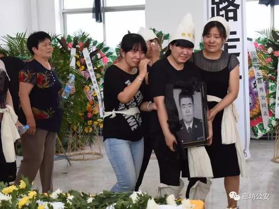 2017年6月13日是个令人悲痛的日子,得知韩秀文同志不幸离世的消息,战友们都深感痛惜,纷纷用各种方式表示哀悼。