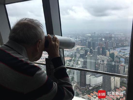 出狱后,牟其中曾到上海,站在上海环球金融中心俯瞰上海。