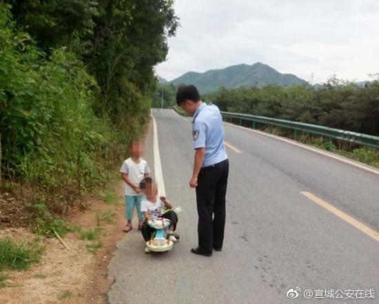 """幼童公路上""""自驾游"""" 被警察扣车又扣人并教育批"""