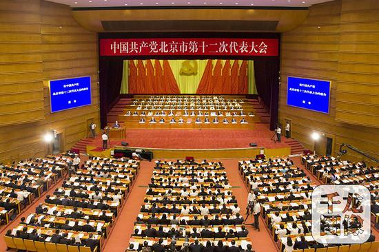 6月19日上午,中国共产党北京市第十二次代表大会开幕,北京市委书记蔡奇代表中共北京市第十一届委员会作工作报告。图为大会现场。千龙网记者 万小