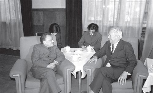 1982年4月6日,邓小平会见英国前首相爱德华・希思。(摄影 唐理奎)