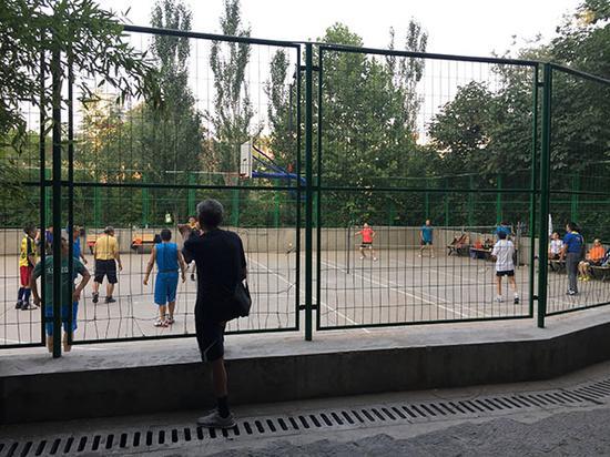 早上6点半,球场里有人打篮球和羽毛球。