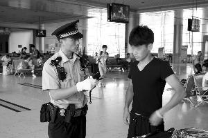 朱波正在盘查嫌疑人 通讯员供图