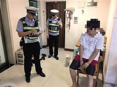民警在小龍家裏了解情況。本報記者 甘俠義 攝
