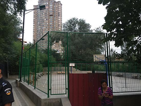 球场白天重新开放后,下午5时关闭,公园保安看守,不时有人过来拍照。