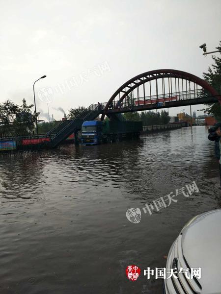 受降雨影响,今晨7点半唐山部分路段严重积水。