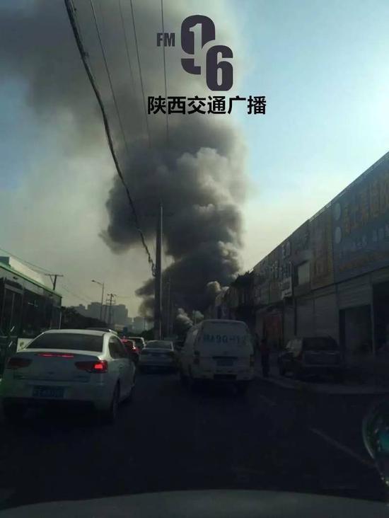 西安一处建材市场突发大火 临街商铺被点燃(图)
