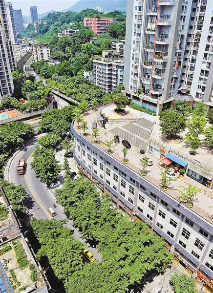 """南岸区聚丰江山里小区,车辆在""""屋顶马路""""上行驶。"""