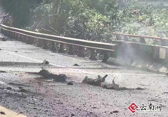广昆高速油罐车侧翻燃烧 警方已实施交通管制