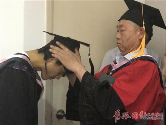 院长给王锐带上学士帽