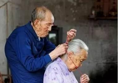 在公园里听到两位可爱的老人对话……