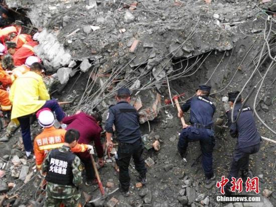 图为救援职员在事故现场。 中新社记者 刘忠俊 摄