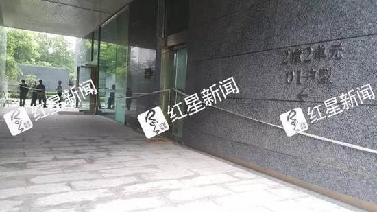 ▲事发住宅小区楼道内拉起了警戒线  图片来源:红星新闻