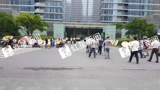 ▲事发住宅小区门口摆放着进行祭奠的花圈  图片来源:红星新闻