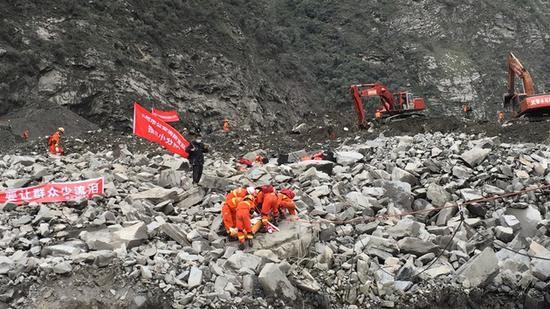 罹难者遗体被挖出