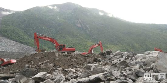 """四川茂县救援现场:20台救援设备""""渡河"""""""