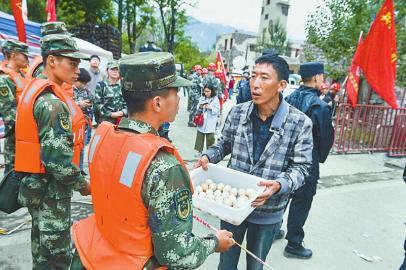 6月25日,四周的住民煮了许多鸡蛋送给救援职员。   本报记者 郝飞 摄