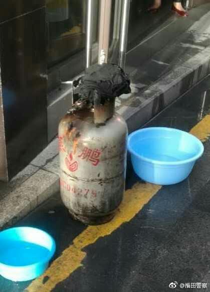 住户家中煤气泄漏 民警拖出着火煤气罐被烧伤