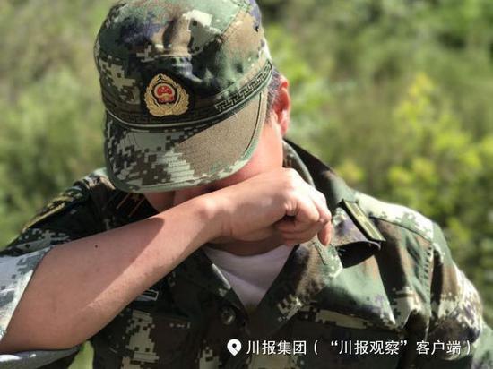 茂县搜救员落泪:800万方泥石 恨自己只有一双手